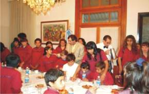 El vicegobernador en ejercicio del Poder Ejecutivo, José Rubén Uñac, agasajó a los chicos con un chocolate