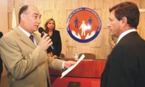 Eduardo Mondino le toma juramento al Defensor Adjunto Primero, Dr. Anselmo Agustín Sella