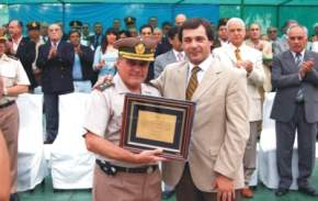 El vicegobernador, en representación del pueblo y gobierno de San Juan, entregó una plaqueta recordatoria al comandante Lopardo