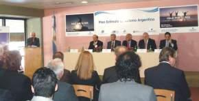 Acto durante el cual se firmó el convenio para promocionar el turismo nacional