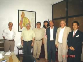 El secretario de Estado de Minería de la provincia, ingeniero Felipe Saavedra y el director general de JETRO, Takahiro Shidara, con funcionarios locales.