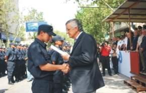 El gobernador Gioja entregando uno de los despachos a un nuevo agente policial