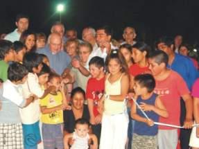 El Intendente Ibarra junto al cura párroco Carlos Castillo, integrantes de Cáritas y del Centro de Jubilados, además de vecinos y niños de la comunidad de la Villa San Damián