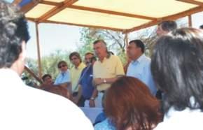 El gobernador José Luis Gioja, acompañado por el intendente de Caucete Juan Elizondo, los ministros de Infraestructura, José Strada y de Desarrollo Humano, Daniel Molina; los diputados Daniel Tomas y Víctor Doña, entre otros funcionarios