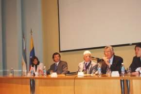 En el cierre del V Congreso Argentino de Administración Pública, habla el gobernador José Luis Gioja, acompañado por el ministro Tedesco, el vicegobernador Uñac, el vicejefe de la Jefatura de Gabinete Juan Abal Medina
