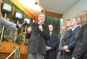 El gobernador Gioja toma parte en el sorteo y canta un n�mero del bolillero: 292
