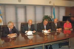 El Gobernador de San Juan, José Luis Gioja, y el Secretario General del CFI, Juan José Ciácera firman el convenio
