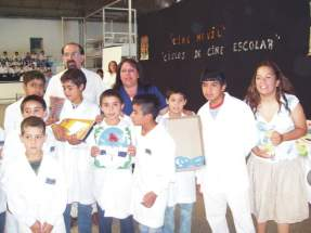 Alumnos premiados con las docentes y el diputado Salvadó