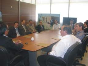 El secretario de Estado de Turismo de San Juan, Dante Elizondo, brinda detalles de la Fiesta Nacional del Sol 2010 a representantes de empresas interesadas en auspiciar la celebración