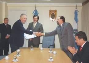 El distinguido Dr. Picco saluda al autor del proyecto que lo declara Huésped de Honor, diputado Juan C. Salvadó