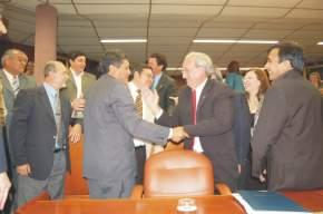 El flamante legislador provincial es saludado por sus pares del Bloque FPV