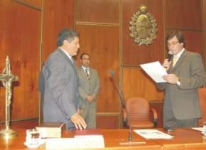 El Vicegobernador y presidente de la Cámara de Diputados de San Juan, Dr. José Rubén Uñac, toma el juramento al Dr. Nelson Campero quien asumió en esta 2ª Sesión Extraordinaria como legislador, con motivo de la renuncia del Dr. Tomas