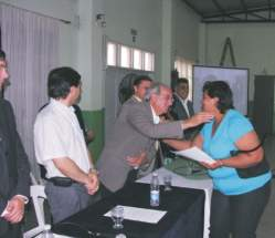 El diputado departamental Rolando Cámpora entregando uno de los certificados de capacitación laboral