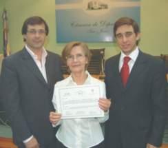 Una egresada con el vicegobernador Uñac y el secretario legislativo Dr. Baistrocchi