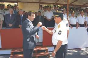 El Dr. Uñac entrega al Crio. González las llaves del camión grúa