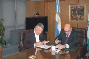 El Gobernador de San Juan, Ing. José Luis Gioja y el Secretario General del CFI, Ing. Ing. Juan José Ciácera, firmando el convenio