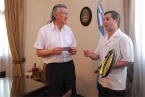El Dr. Pablo Larrea tras recibir las raquetas donadas por los tenistas, agradece al gobernador Gioja el gesto