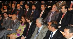 Cristina Fernández de Kirchner, el presidente de YPF Enrique Eskenazi, gobernadores -entre ellos José Luis Gioja-, ministros y funcionarios