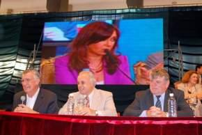 El gobernador Gioja y el intendente Marcelo Lima en la entrega de certificados de 2.271 viviendas del IPV sorteadas meses atrás, distribuidas en 28 barrios construidos en el Gran San Juan, durante la teleconferencia con la Presidenta