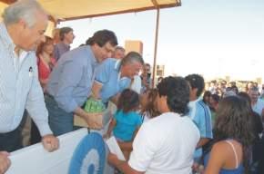 El vicegobernador Uñac entrega un pack de libros a una familia adjudicataria