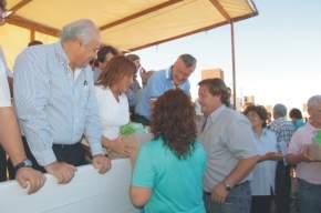 La diputada departamental Lucía Gómez entrega a una familia adjudicada con una vivienda