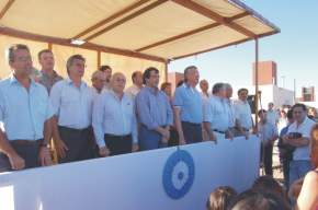 Autoridades en el palco oficial en la entonación del Himno Nacional