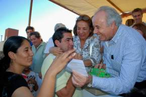 En la entrega de llaves de las viviendas construidas en Capital, el intendente Marcelo Lima
