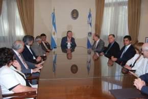 Eugenio Zaffaroni en Casa de Gobierno, con Gioja, legisladores, el intendente Lima y demás funcionarios.