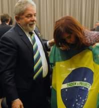 El presidente Luiz Inacio Lula da Silva regala a Cristina Fernández una camiseta del seleccionado brasileño