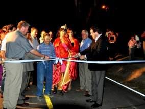 Corte de cintas inaugurando la pavimentación de calle Pelayes