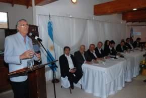 El gobernador José Luis Gioja habla en el acto de firma de convenios, en Chilecito