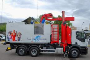 El camión recolector, a través de rodillos, lava el container