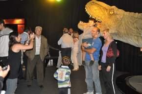 El público fotografiándose junto a las réplicas de los dinosaurios