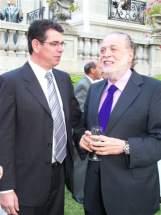 El presidente del INV, Guillermo García y el embajador argentino en Chile, Ginés González García