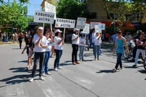 Los jóvenes atrajeron la atención de transeúntes con carteles y consejos