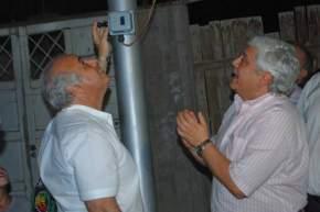 Accionan el sistema para dejar habilitado el alumbrado público el Intendente Marcelo Lima con el Presidente del Concejo Deliberante, Jorge Rosales