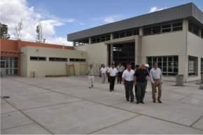 Las autoridades recorren el nuevo edificio del Colegio Secundario Cacique Angaco