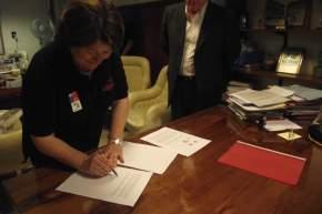 Adriana Peñafiel firma el Acta Intención con el decano Paolo Landini de la FFHyA