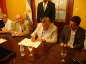 El gobernador Gioja firma el acuerdo con Finning Soluciones Mineras S.A. y la Asociación Minera Argentina (AOMA)