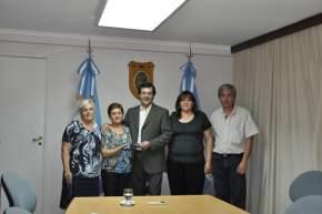El vicegobernador Uñac con los 4 empleados legislativos premiados por mejores compañeros