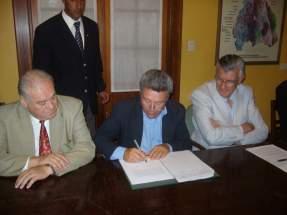 Mobservado por el Gobernador Gioja y el Ministro de Minería Saavedra, firma un convenio el Intendente Garcés