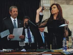 Cristina Fernández de Kirchner en el recinto levanta la mano saludando a los presentes
