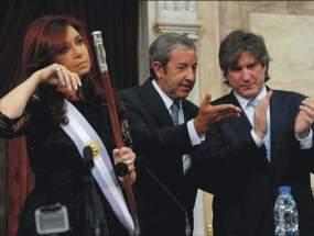Cristina se seca las lágrimas, al lado Cobos y Boudou