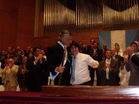 El Gobernador Gioja recibe el bastón de mando de manos de su hijo Franco