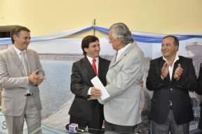El ministro de Gobierno y ex presidente de OSSE, Adrián Cuevas; el nuevo titular del organismo, Cristian Andino que es felicitado por el gobernador Gioja, y el ministro de Infraestructura, Tomás José Strada