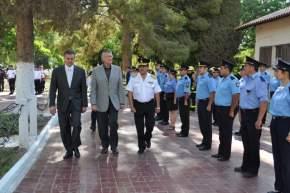 Saludos y revista a las tropas en formación en el patio de armas de la Escuela de Policía