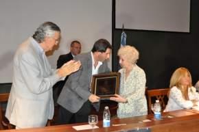El vicegobernador Uñac entregó a la presidenta de Abuelas de Plaza de Mayo una plaqueta en nombre de la Legislatura Provincial