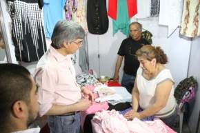 Daniel Molina visita un stand de artículos de confección de prendas