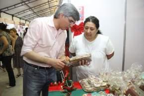 El ministro Molina aprecia las delicias de uno de los stands que ofrece pan dulce y alfajores