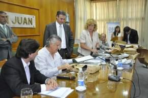 El gobernador Gioja junto a Cristina Andino, presidente de OSSE y el ministro de Gobierno, Adrián Cuevas, ex titular del organismo, y la Escribana Mayor de Gobierno en la apertura de sobres